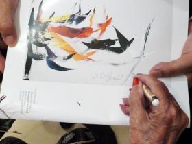 Soshana writing an autogramme