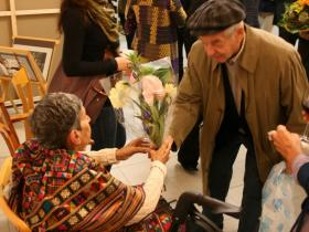 Hugo Brainin giving flowers to Soshana